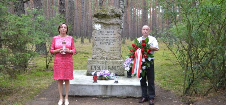Uroczyste złożenie kwiatów pod pomnikiem upamiętniającym pomordowanych przez hitlerowskiego najeźdźcę.